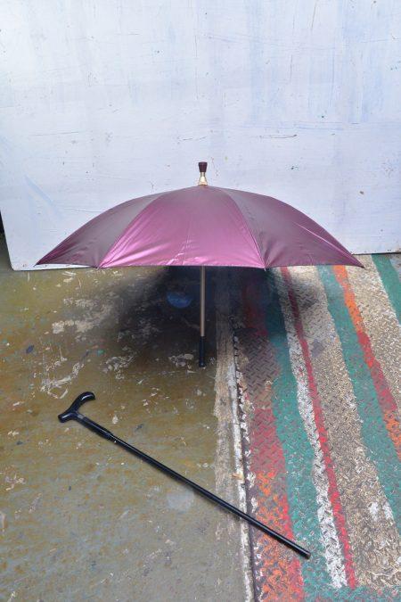 現時雨傘的種類繁多,這種專為老人設計的拐杖雨傘也大行其道。
