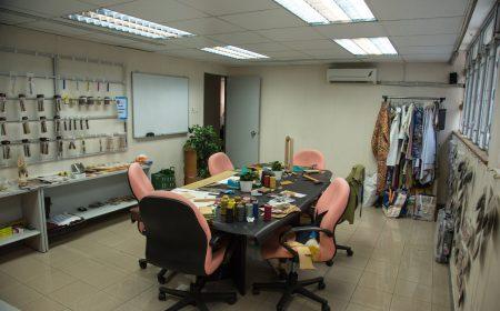 小小的工作室內,掛滿數碼印花及皮革的工具和用料,方便買家前來選購。