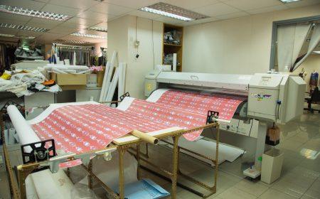 廠內大型機器正列印著設計師精心設計的圖案,稍後將會裁剪成印花製品。