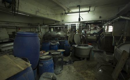 廠內擺放著不少大型機器,為製衣廠提供開發染版之用
