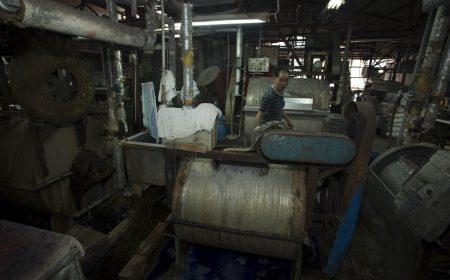 這數部大型調色機器,陪著新聯盛由80年代的洗染業黃金年代,一直走到現在。