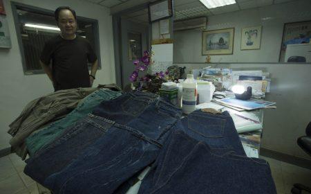 為迎合市場的需要,新聯盛生產及調配了不同款式的牛仔褲及恤衫。