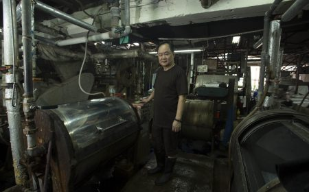 許懷義先生從運輸業轉行到洗染業已接近三十年。