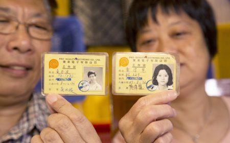 吳氏夫婦展示當年工廠仔、工廠妹的工作證,見證了香港昔日最輝煌的工業時代。