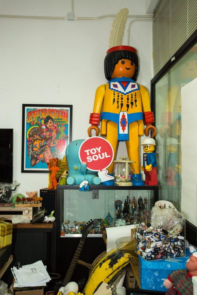 辦公室的一角放置著林林總總的玩具,也見證著公司的成功。