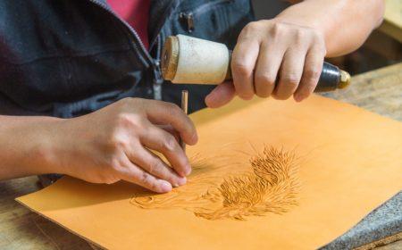 在穆師傅的一雙巧手下,飛禽野獸頓時在皮革上活靈活現。