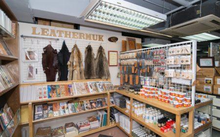 客人除了可在店內買到皮革製品外,更可選購不同的配件、工具甚至參考書籍。