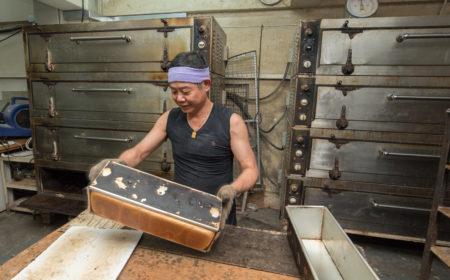 每條麵包出爐時,莫生也親力親為,為求控制麵包的素質。