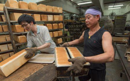 架上的每條方飽也是永樂麵包負責人莫偉文父子,與廠內上下員工一起努  力的成果。