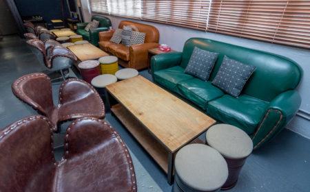 店內刻意運用木、皮革及鐵桶作擺設,以配合美式工業氣氛。