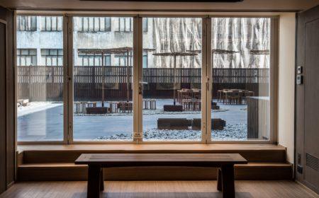 美術館有別於其他博物館光線昏暗柔和的主調,刻意引入陽光,讓大眾感受室外的環境。