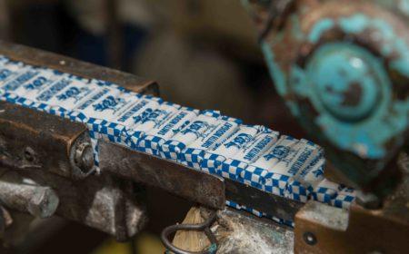 有幾十年歷史的機器默默地輸出已包裝好的鳥結糖