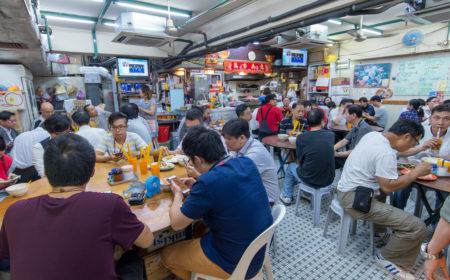 每當午飯時間,食堂內總是擠滿了食客。