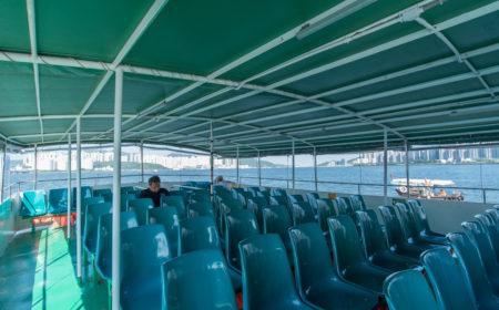 非繁忙時間渡輪的乘客量很少,很多時偌大的船艙只坐著一兩個人。