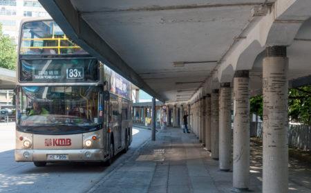 巴士的乘客不多,巴士站就更顯得冷冷清清。