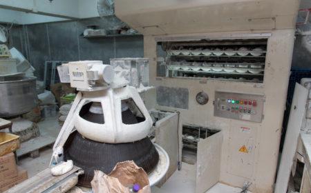 每個麵包經師傅人手調配材料後,將會放在大型烘焙機製作。